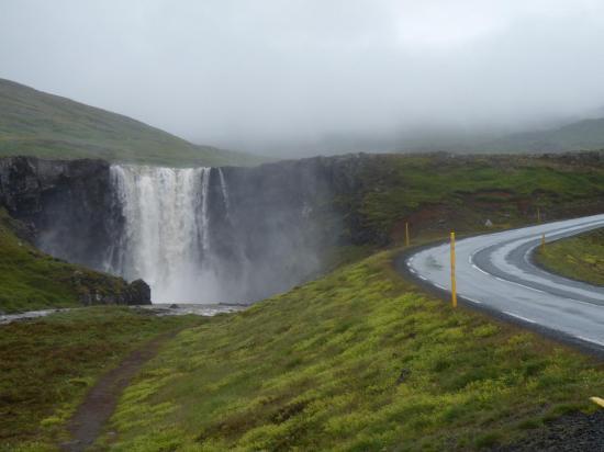 une cascade islandaise