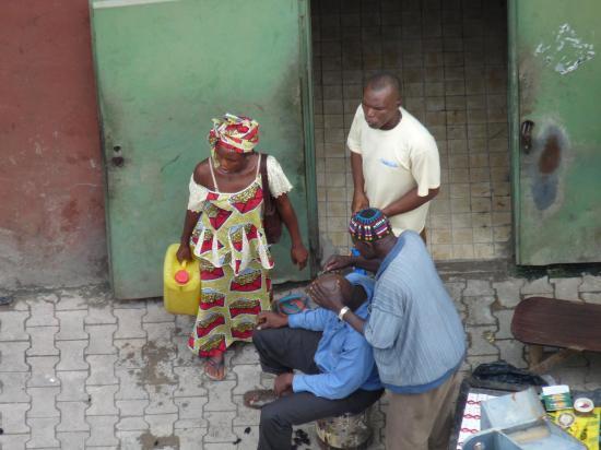 petit metier coiffeur sur port conakry