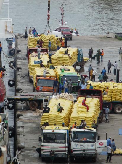 chargement du riz a conakry