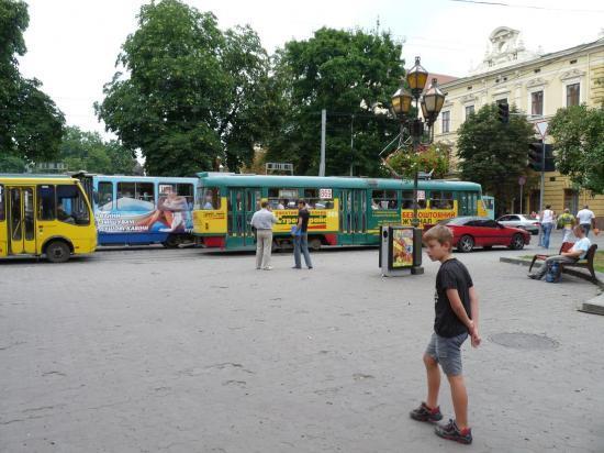 Maxime devant des tramways