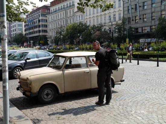 vieille voiture indestructible à Prague