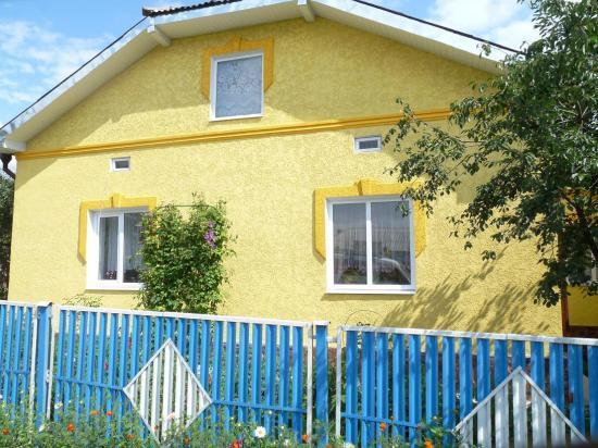 jolie maison décorée de fleurs aux fenêtres