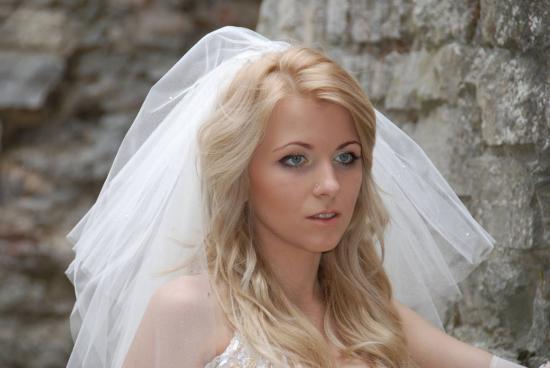 une belle mariée aperçue lors d'une visite de chateau